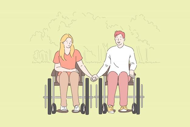 Behinderte, romantische beziehung. behinderte paare im park, in der jungen frau und im mann in den rollstühlen, frauhändchenhalten mit ehemann, glückliche familie, die zusammen zeit verbringt. einfache wohnung