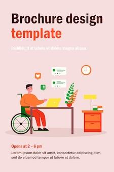 Behinderter im rollstuhl, der online chattet. mann am laptop, dialogblase, wie flache illustration. kommunikations-, social media-, behindertenkonzept
