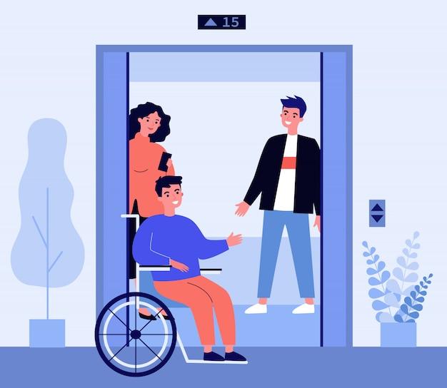 Behinderter mann, der in aufzugskabine kommt