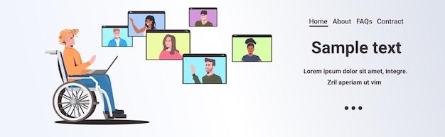 Behinderter mann rollstuhl, der mit mischrassenfreunden in webbrowserfenstern während des videoanruf-online-treffens selbstisolationskonzept horizontaler kopierraum chattet
