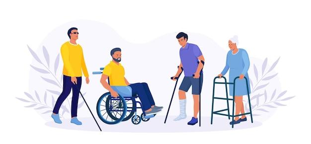 Behinderter mann sitzt im rollstuhl. die frau geht und stützt sich auf einen orthopädischen wanderer. blinder patient geht mit gehstock. kerl mit gebrochenem bein in gips mit krücken. menschen mit behinderungen. rehabilitation