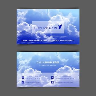Beidseitige horizontale visitenkarten mit realistischem blauem himmel