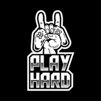 Bekleidungsdruckdesign für spieler und geeks mit hand, die den modernen gamepad-joystick-gamecontroller für das spielen von videospielen und das zeigen von rockzeichen und play hard beibehalten. maskottchen-logo-designillustration.