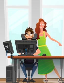 Bemannen sie an computer bei tisch arbeiten und frau nahe.