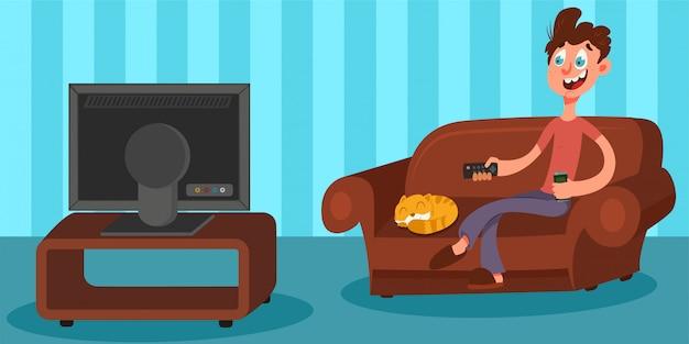 Bemannen sie das fernsehen und auf dem sofa im wohnzimmer mit einer fernbedienung und einem bier in seinen händen sitzen. flacher charakter der männlichen vektorzeichentrickfilm-figur auf der couch.