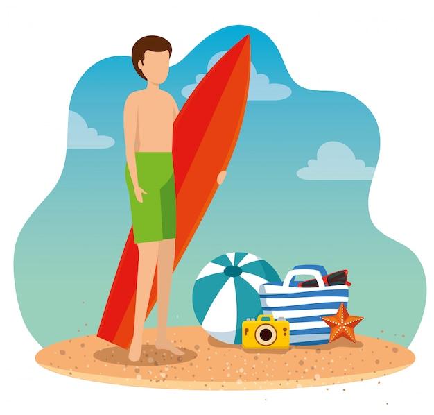 Bemannen sie tragenden badeanzug mit surfbrett und ball mit kamera