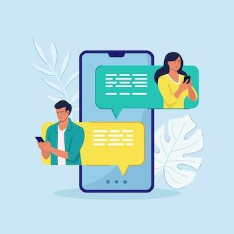Benachrichtigung über neue chatnachrichten auf dem mobiltelefon. sms-blasen auf dem handy-bildschirm leute im chat
