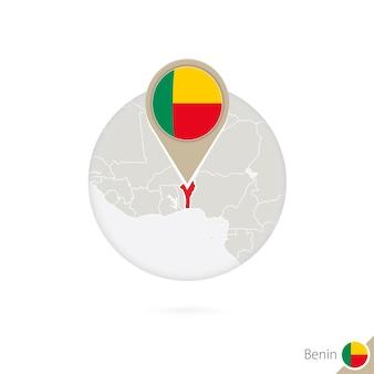 Benin-karte und flagge im kreis. karte von benin, benin-flaggenstift. karte von benin im stil der welt. vektor-illustration.