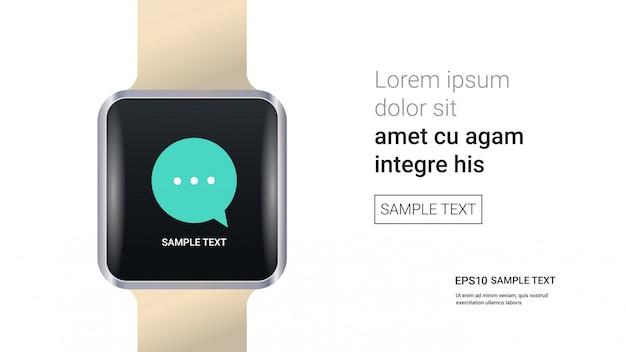 Beobachten sie mit chat-blase rede auf dem bildschirm isoliert auf weißen wand realistische modell-gadgets