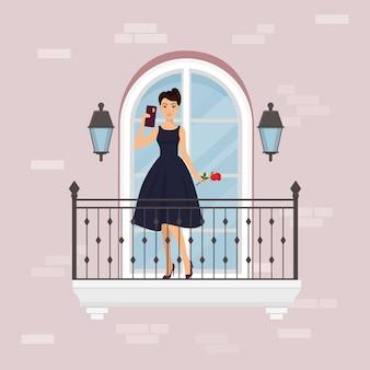 Bereiten sie vor, um fahnenillustration zu datieren. frau im eleganten kleid, das auf balkon gegen die wand des hauses handy und blume halten steht.