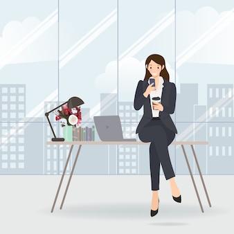 Berufstätige frau, die ihr mobile auf tabelle im büro überprüft