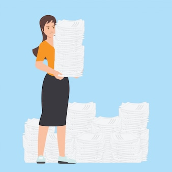 Beschäftigte geschäftsfrau mit stapel büropapier.