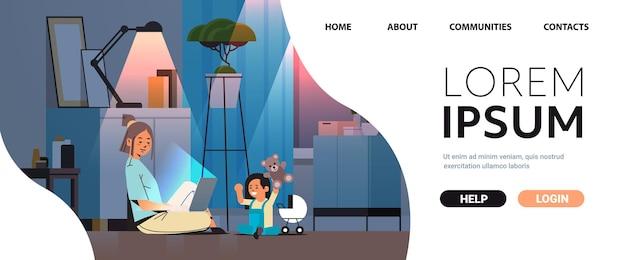 Beschäftigte mutter-freiberuflerin, die zu hause mit laptop arbeitet, kleine tochter, die mit spielzeug spielt, freiberufliche mutterschaftskonzept dunkle nacht wohnzimmerinnenraum in voller länge horizontaler kopienraum