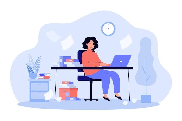 Beschäftigte sekretärin, die am schreibtisch mit laptop sitzt
