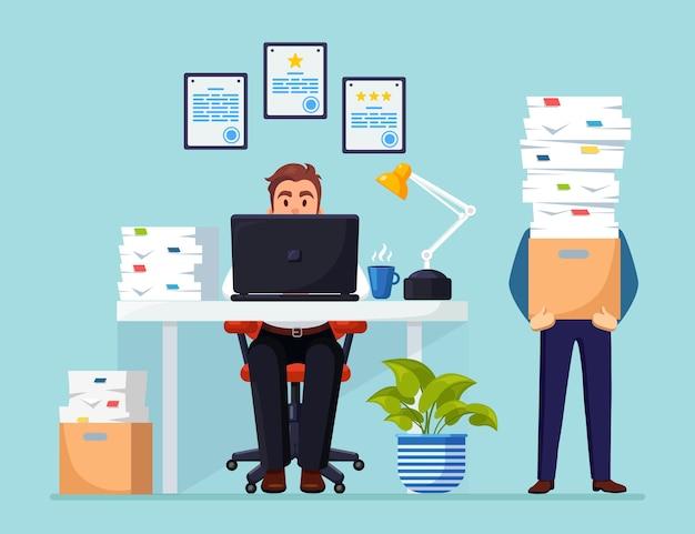Beschäftigter geschäftsmann mit stapel von dokumenten geschäftsmann, der am schreibtisch büroinnenraum mit computer arbeitet