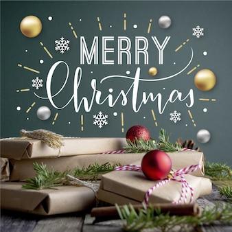 Beschriftung der frohen weihnachten auf weihnachtsfoto mit geschenken und kugeln