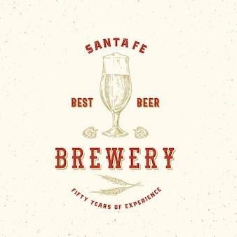 Beste bierbrauerei abstrakte zeichen-, symbol- oder logo-vorlage. handgezeichnetes retro-glas, hopfen und weizen mit klassischer typografie. vintage bier emblem oder etikett mit schäbiger textur.