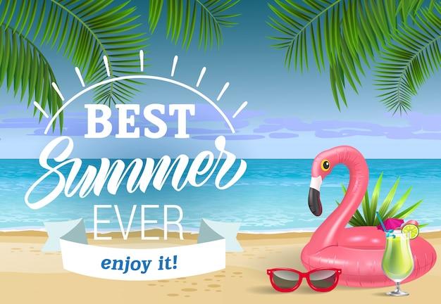 Bester sommer, genieße es schriftzug mit meeresstrand und schwimmring. verkaufswerbung