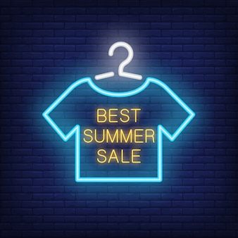 Bester sommerschlussverkauf-neontext mit t-shirt auf aufhänger. angebot oder verkaufsanzeige