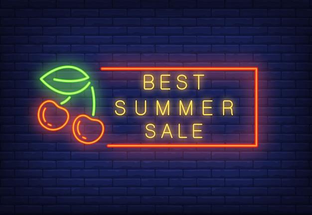 Bester sommerverkaufs-neontext im rahmen mit kirschen. saisonales angebot oder verkaufsanzeige