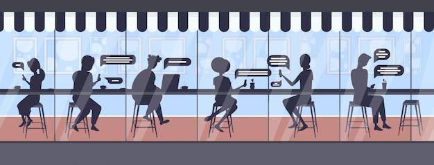 Besucher, die digitale geräte verwenden, die app-chat-blase-kommunikationskonzept der sozialen netzwerk-app chatten