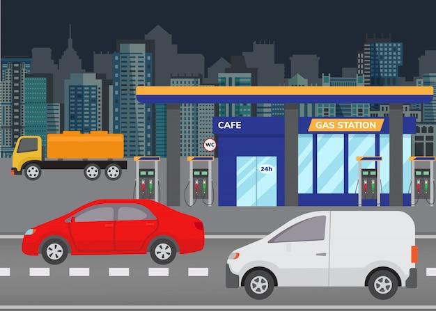 Betankendes benzin des autos an der tankstelle-vektorillustration. stadtgebäudeskyline im hintergrund mit modernen autos auf straße und tankstelle.