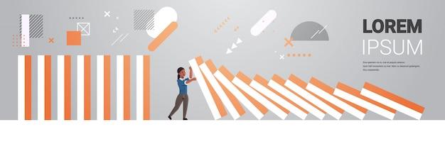 Betonte geschäftsfrau, die die horizontale vektorillustration des dominoeffektkrisenmanagementkettenreaktionsfinanzinterventions-konfliktverhütungskonzeptes in voller länge stoppt