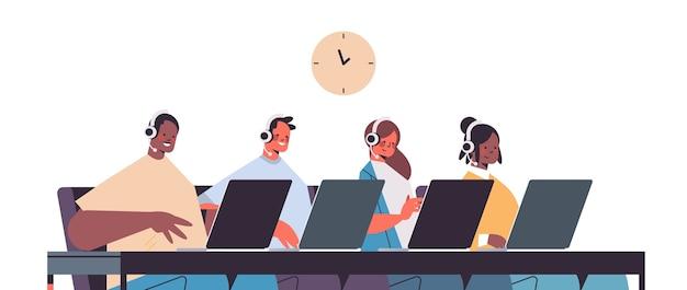 Betreiber mit headset, die mit call-center-agenten des kunden chatten, die im porträt des kundendienstes im büro arbeiten