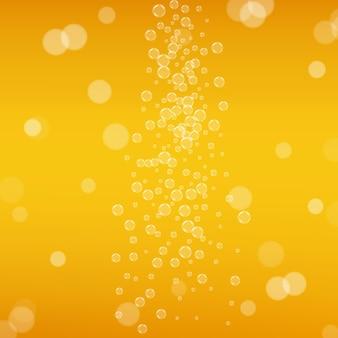 Bier-hintergrund. craft-lager-spritzer. oktoberfestschaum. orangefarbenes menükonzept. glänzendes bier mit realistischen blasen. kühles flüssiges getränk für bar. gelber becher für oktoberfestschaum.