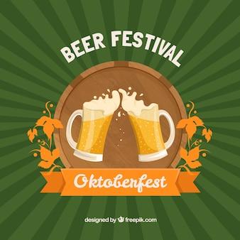 Bier mit Schaum über Hintergrund in den grünen Tönen