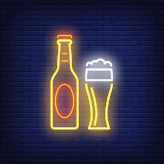 Bierflasche und glas auf ziegelsteinhintergrund. neon-stil. bar, pub, alkoholisches getränk