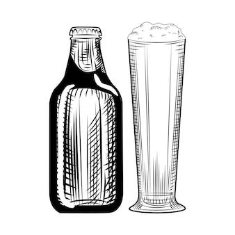 Bierflasche und glas. gravur-stil. hand gezeichnete vektorillustration lokalisiert auf weißem hintergrund.