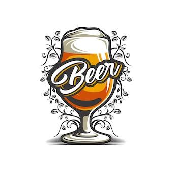 Bierglas im weißen hintergrund