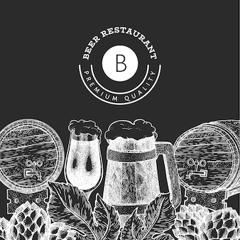 Bierglasbecher und hopfen-designschablone. hand gezeichnete pub-getränkeillustration auf kreidetafel. gravierter stil. retro brauerei illustration.