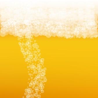 Bierhintergrund mit realistischen blasen. cooles getränk für restaurantmenüdesign, banner und flyer. gelber quadratischer bierhintergrund mit weißem schaumigem schaum. kaltes glas ale für brauereidesign.