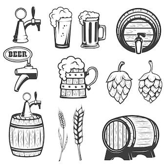 Bierkrüge, holzfässer, hopfen, weizen. auf weißem hintergrund.