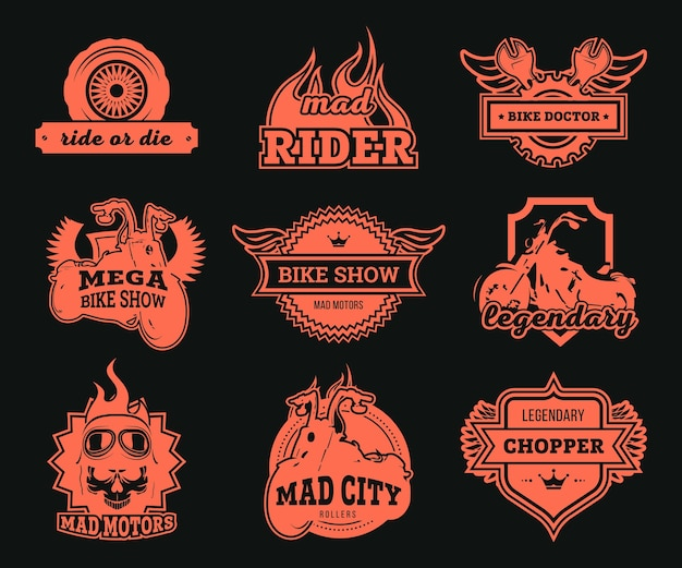Biker club logos gesetzt. rote motorräder, rad und schraubenschlüssel, adlerflügel und fahrerbrille isolierten illustrationen. für motorradausstellungen, rennen, reparaturservice-etikettenvorlagen