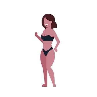 Bikinifrau, die schwarzen badeanzug tanzt