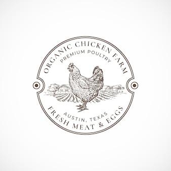 Bio hühnerfarm gerahmt retro abzeichen. hand gezeichnete henne und bauernhofskizze mit retro-typografie. vintage skizze emblem.
