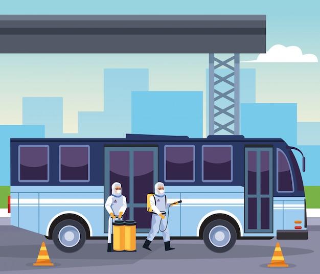 Biosicherheitsarbeiter desinfizieren den bus