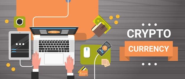 Bitcoin-bergbau-arbeitsplatz-draufsicht-horizontale fahnen-mann, der an der laptop-computer handelt, die crypto cu handelt