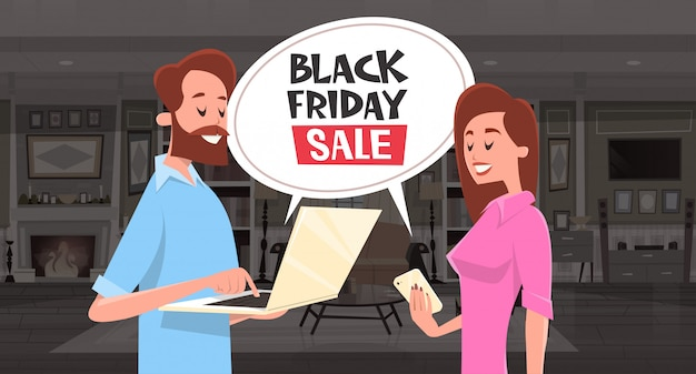 Black friday-verkaufs-chat-blasen-mitteilung mit dem mann und frau, die smartphone und laptop verwenden