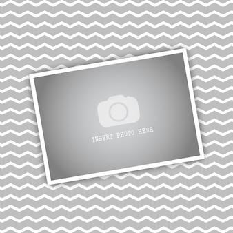 Blank bilderrahmen auf einem chevron-gestreiften hintergrund