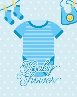 Blaue bodysuit und socken lätzchen baby-dusche-karte
