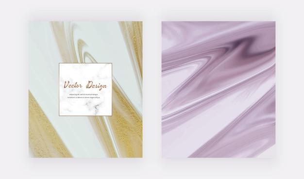 Blaue und lila flüssige tinte mit goldenen glitzerkarten und marmorrahmen.