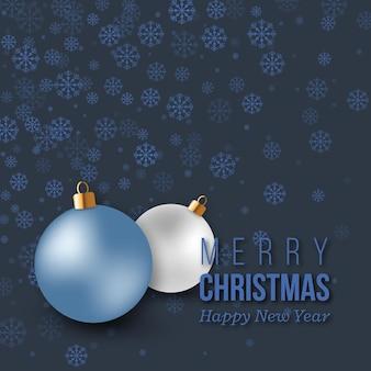 Blaue weihnachtsdekoration mit schneeflocken und kugeln.