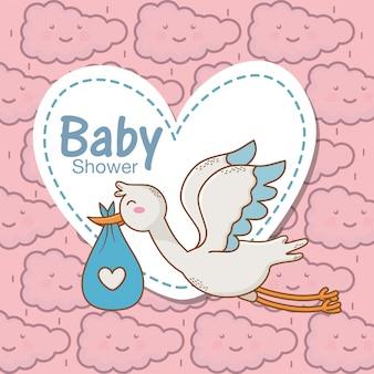 Blauer herzaufkleber der babypartystorchwindel bewölkt hintergrund