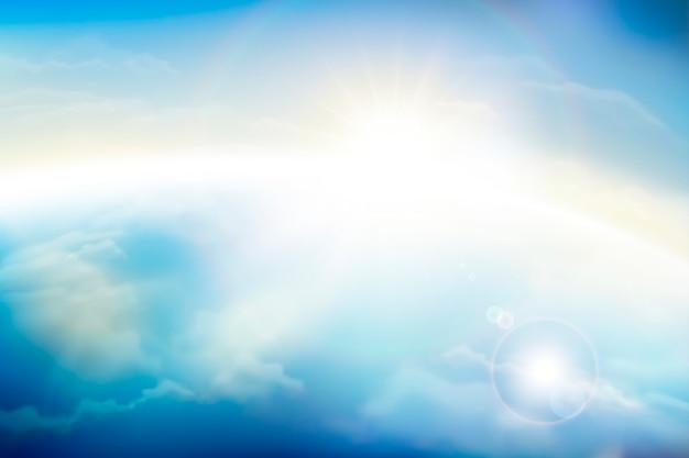Blauer himmel mit flauschigen wolken und sonnenschein