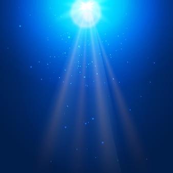 Blauer unterwasserhintergrund mit sonnenstrahlen