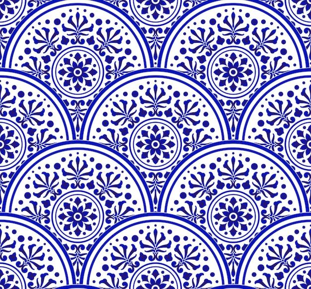 Blaues und weißes chinesisches muster mit skalapatchworkart, abstrakte dekorative indigomit blumenmandala für ihr gestaltungselement, nahtloser dekor der keramischen porzellandamast-tapete